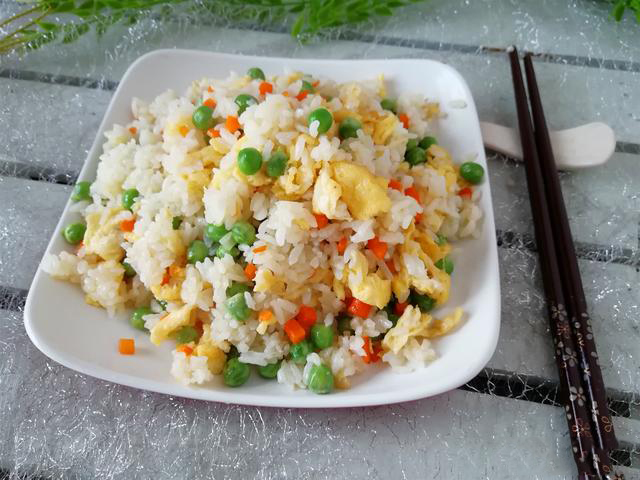 教你豌豆炒飯的小技巧,米飯味道香,豌豆顏色綠,味道好吃極了
