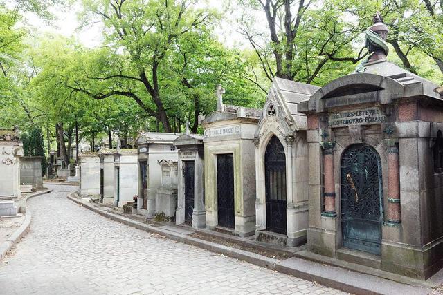 年轻人眼中的石雕墓碑