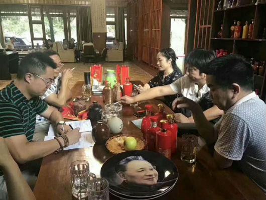 热烈庆祝河北省衡水市安平县张总、刘总签约成都雷竞技魂酒!