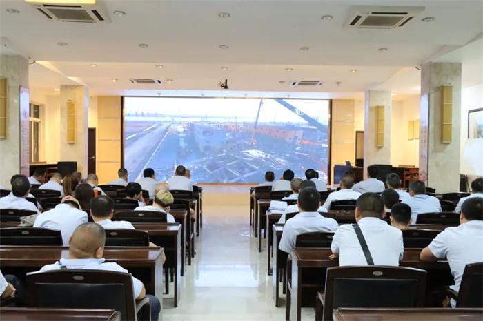 公司組織員工觀看安全警示教育片
