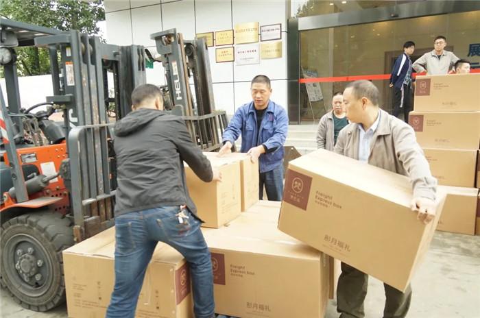玉龙公司为全体在职员工发放中秋慰问礼品